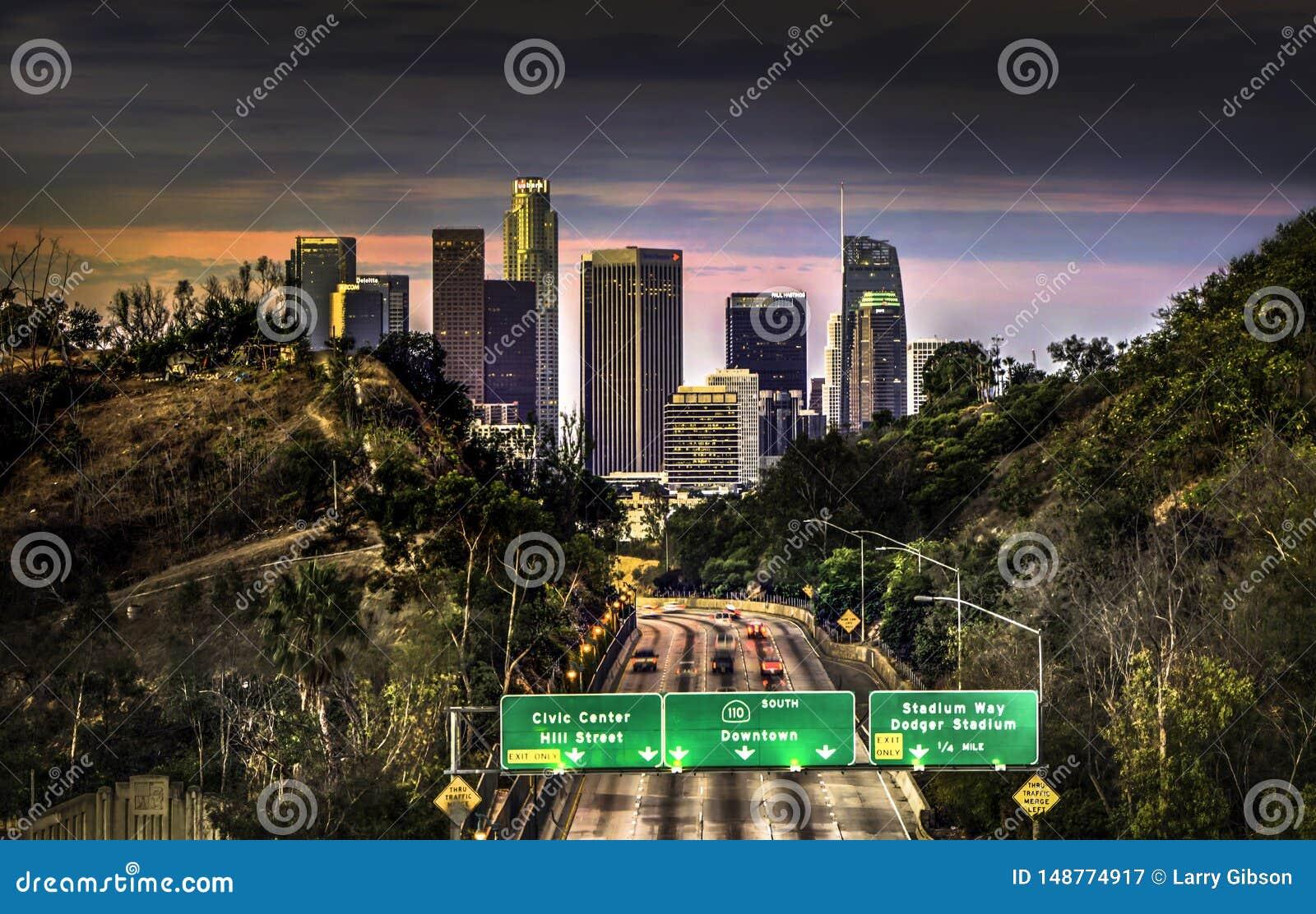 Eine Ansicht von im Stadtzentrum gelegenem Los Angeles von einer Überführung bei Sonnenaufgang