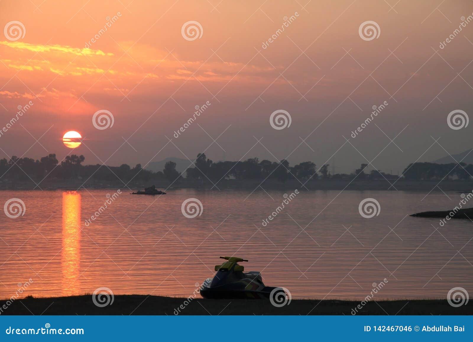 Eine attraktive Ansicht des Sonnenuntergangs bei Khan Pur Lake Pakistan