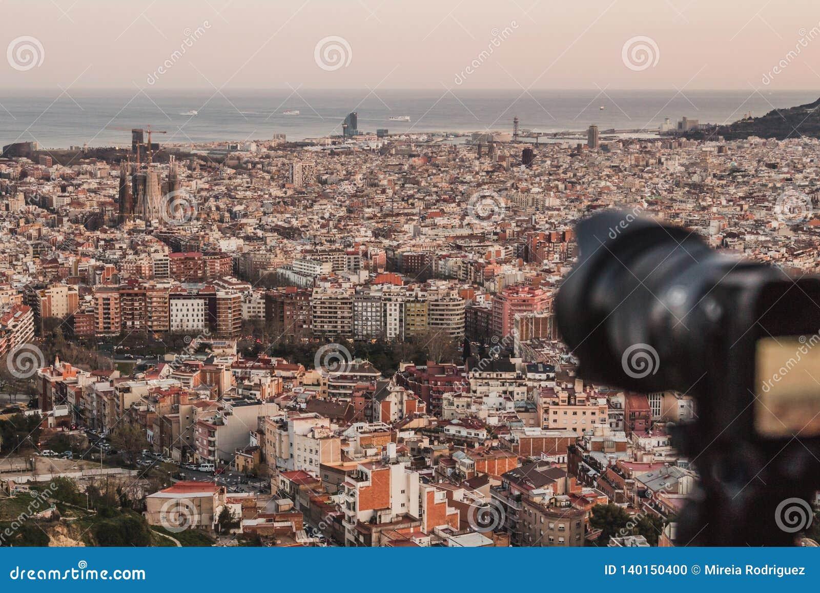 Eine Berufskamera macht ein Foto der Stadtansichten von Barcelona, Spanien