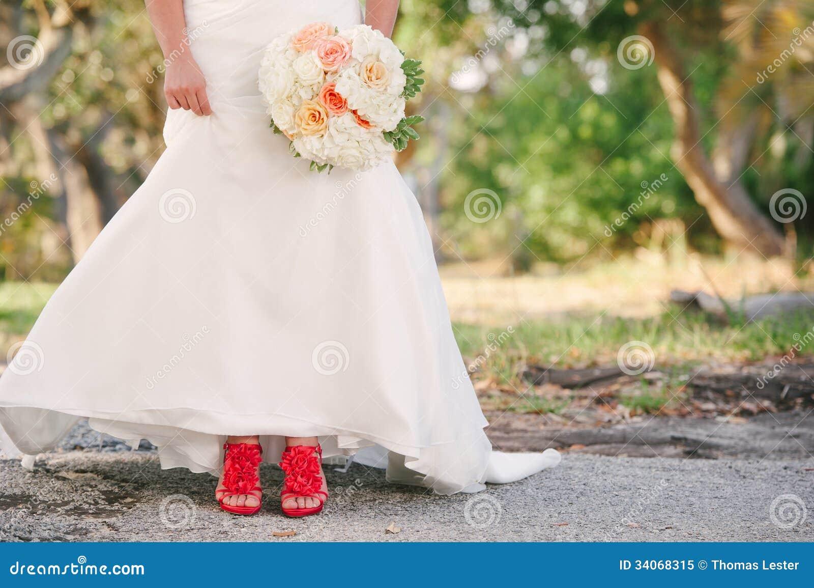 Tragendes Weißes Hochzeitskleid Der Braut Und Rote Schuhe Stockfoto ...