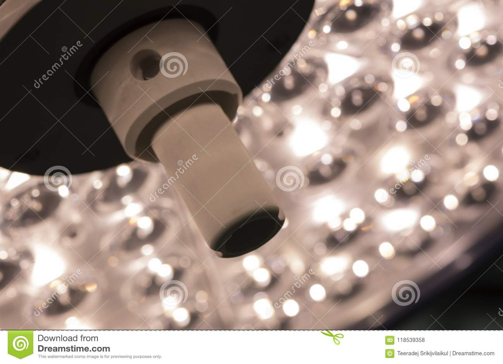 Eine chirurgische Lampe im Operationsraum