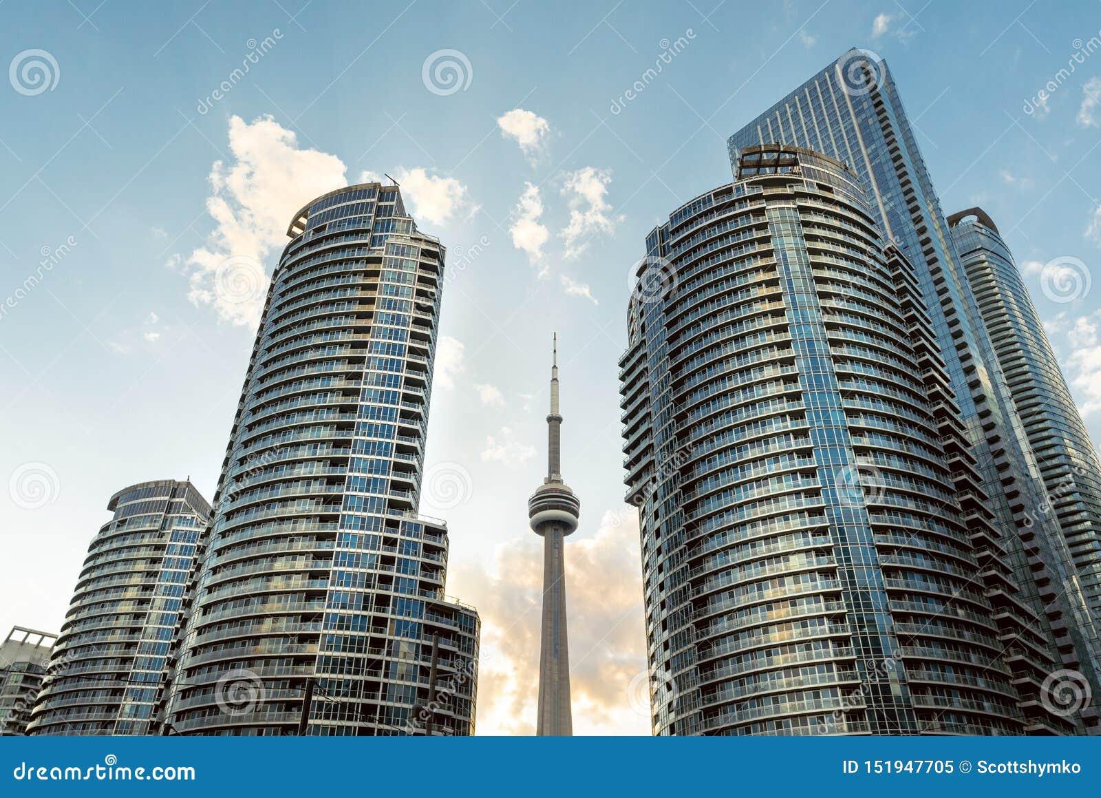Eine drastische Ansicht von hohen Aufstiegstürmen Toronto-Ufergegend