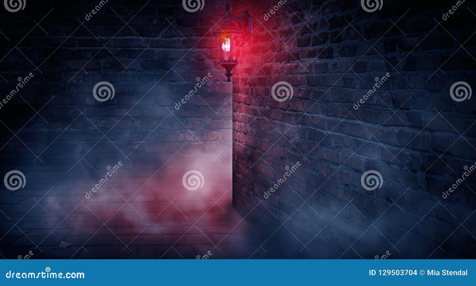 Eine dunkle Straße, eine rote Laterne, eine Backsteinmauer, Rauch, eine Ecke des Gebäudes, ein Laternenglänzen