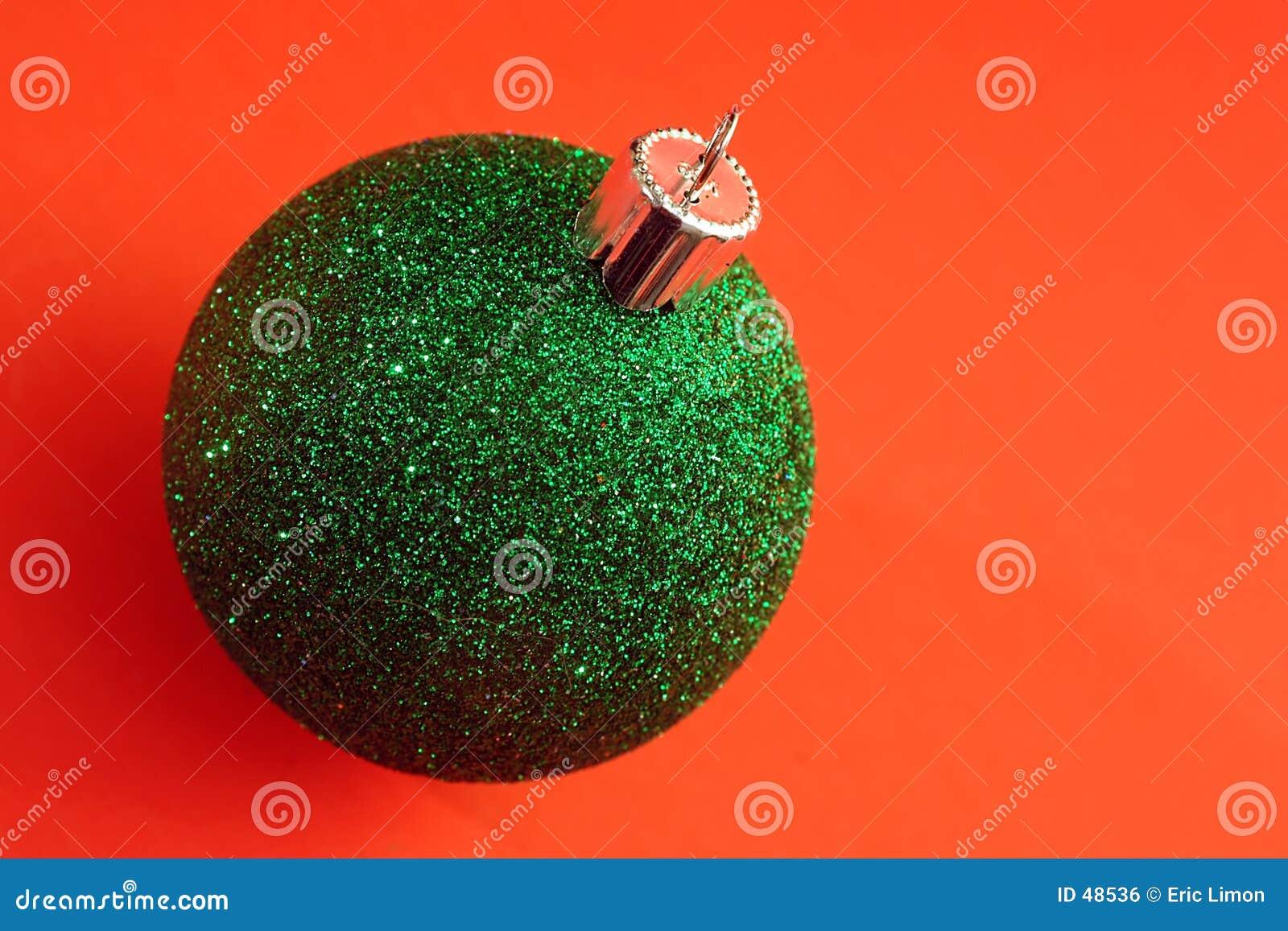 Eine einzelne grüne Weihnachtsverzierung
