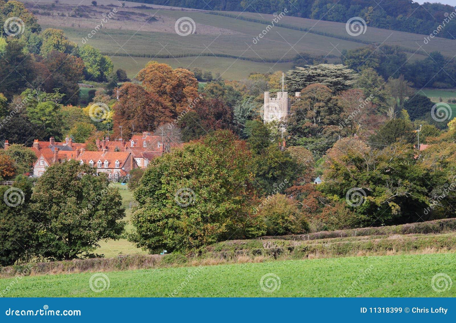 Eine englische landwirtschaftliche Landschaft im frühen Herbst