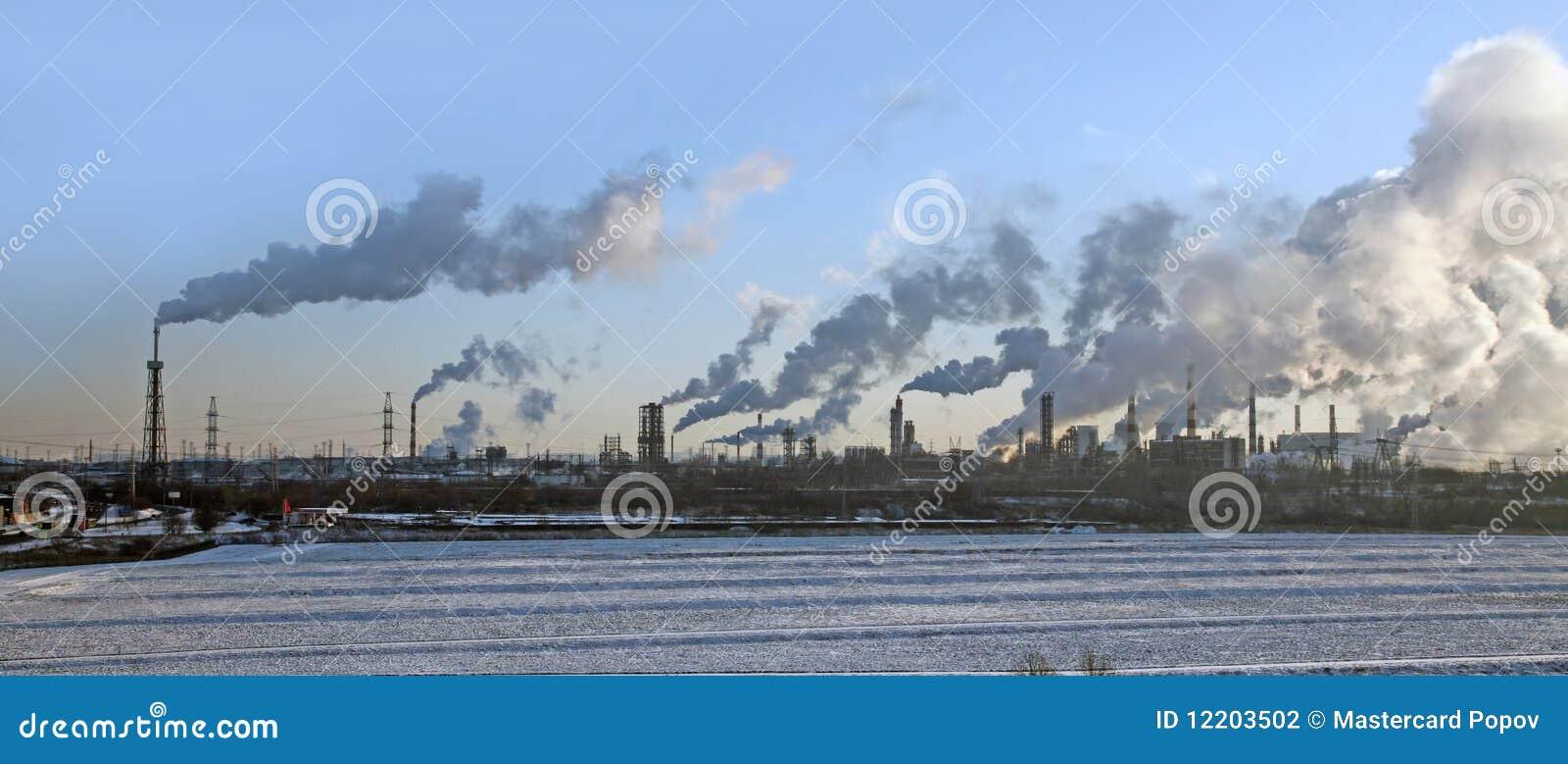 Eine Fabrik mit Smokestacks.