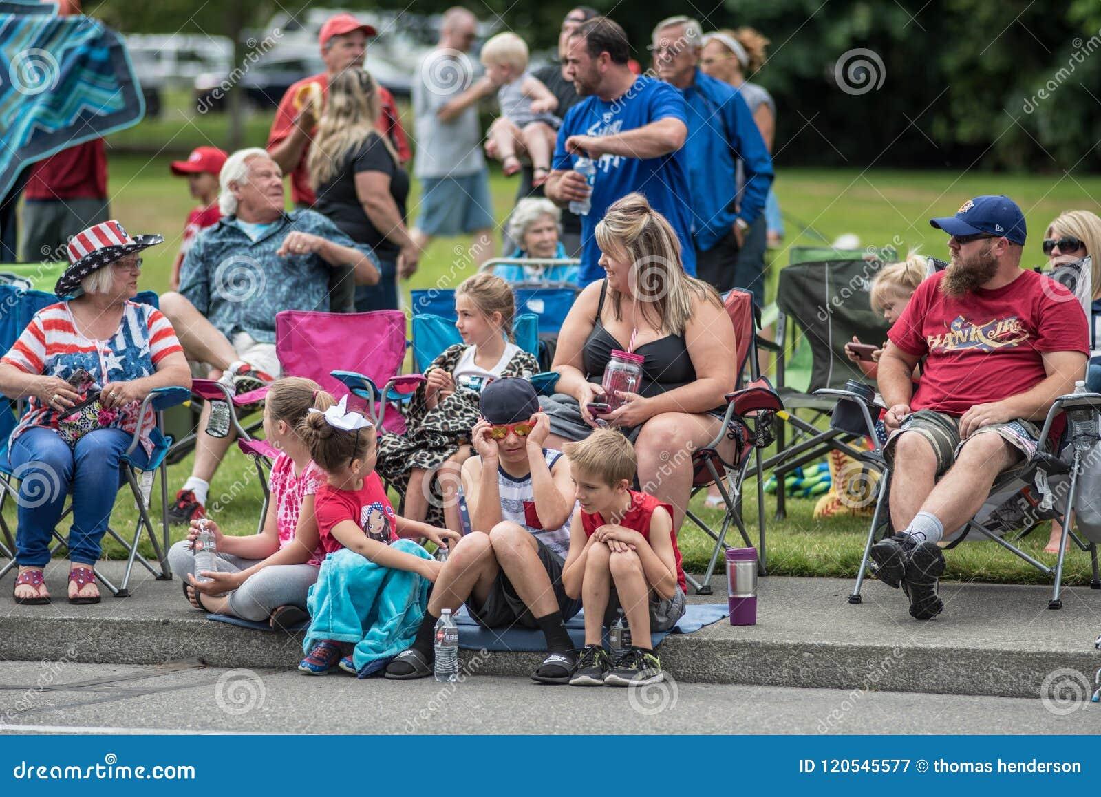 Eine Familie, die eine Parade an einem sonnigen Tag im tumwater Washington genießt