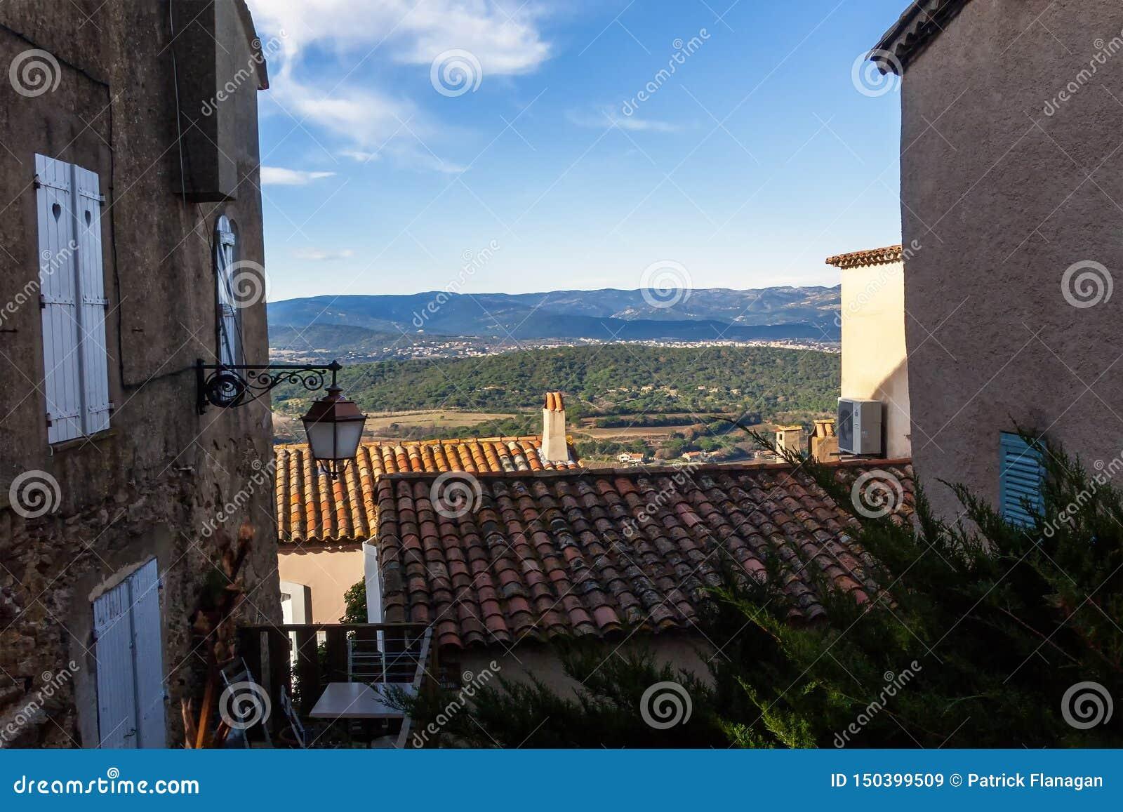 Eine französische Landschaft durch Gebäude unter einem blauen Himmel