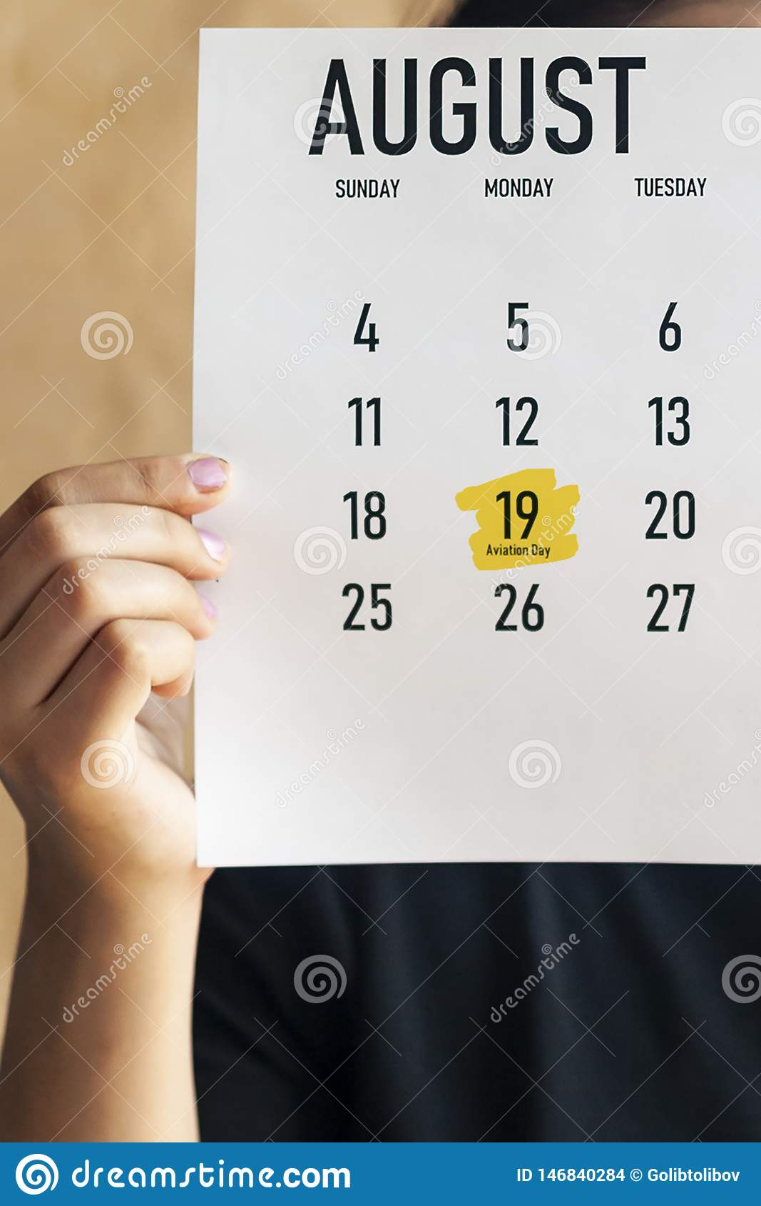 Eine Frau, die August-Kalender mit markiertem nationalem Luftfahrt-Tag hält 19. August markiert bei Kalender 2019