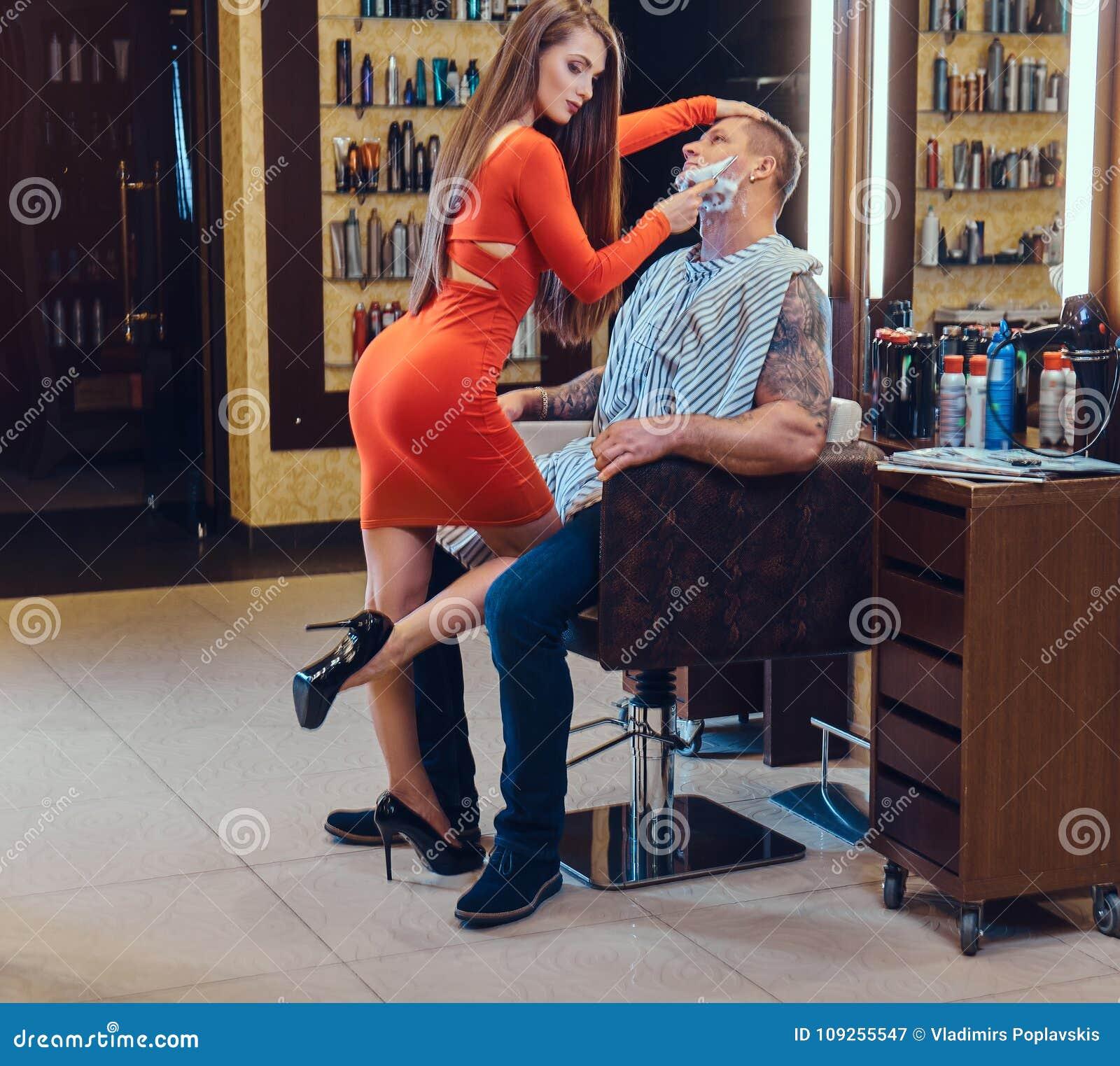 Eine Frau, Die Einen Mann Rasiert Stockbild - Bild von
