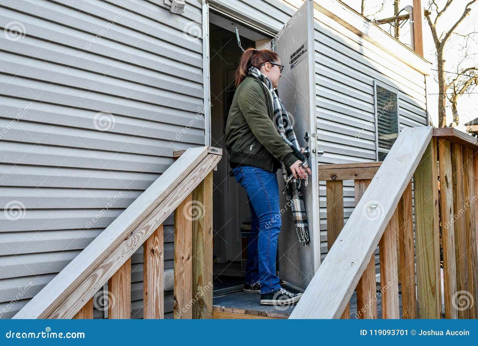 Eine Frau geht heraus ihre Haustür, zum nach Hause zu gehen