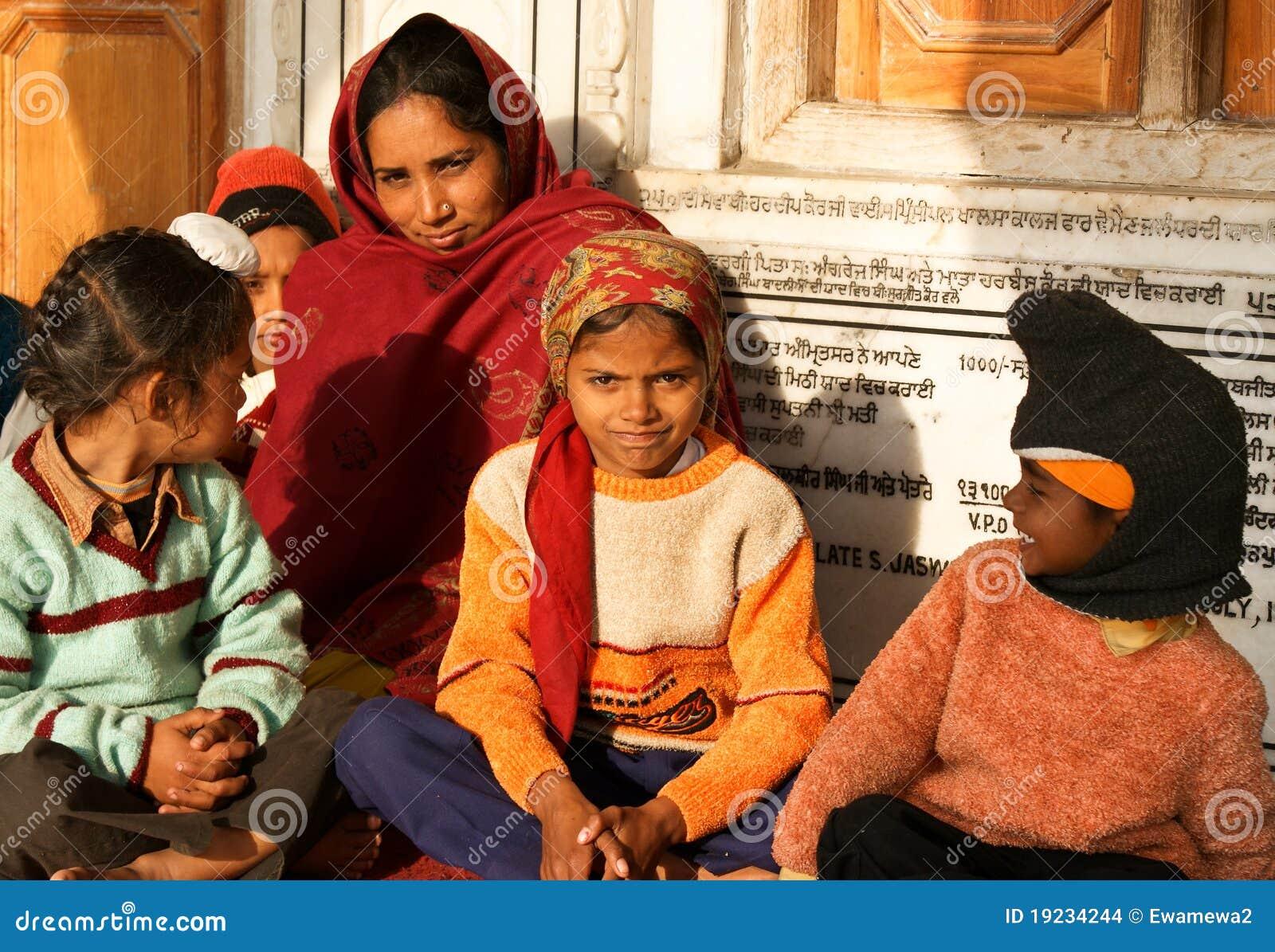 Eine Frau Mit Ihren Kindern In Amritsar, Indien
