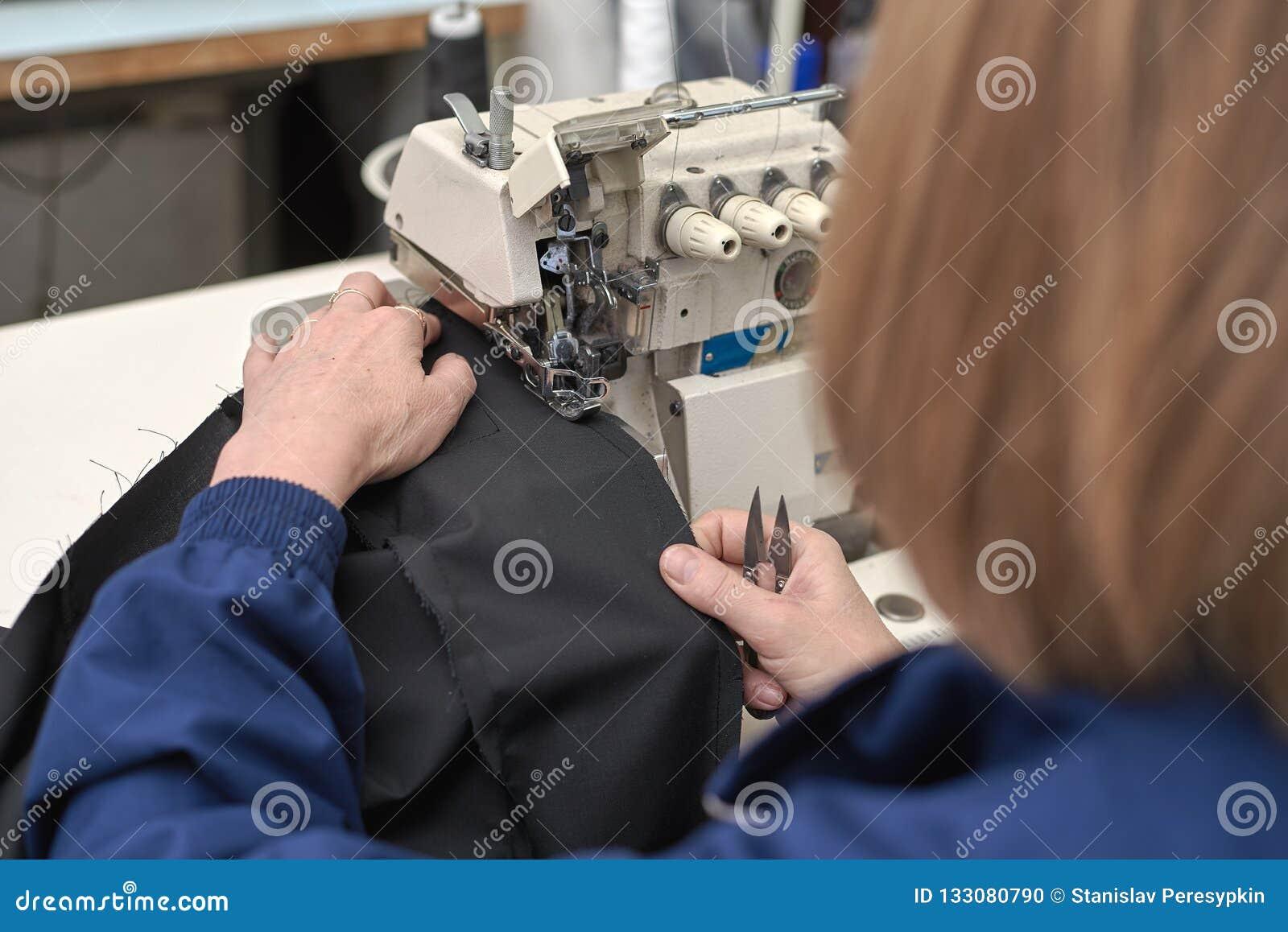 Eine Frau näht auf einer elektrischen Nähmaschine