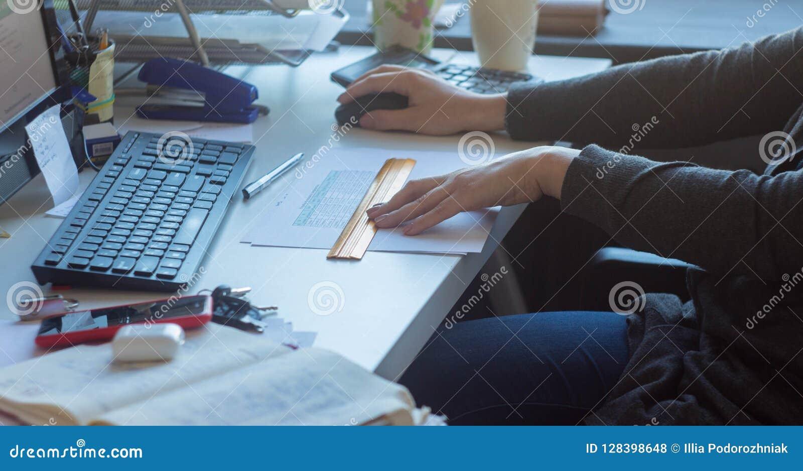 Eine Frau am Tisch, der am Computer arbeitet