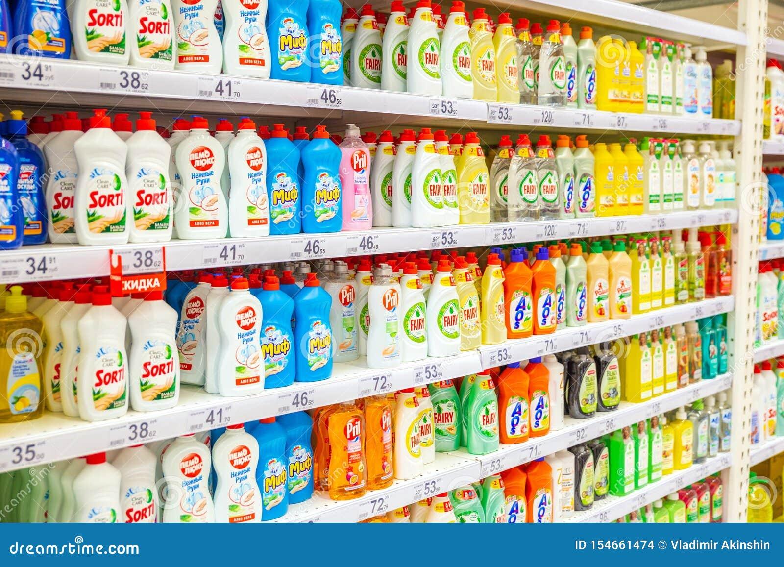 Eine große Auswahl von Reinigungsprodukten auf den Regalen des Speichers