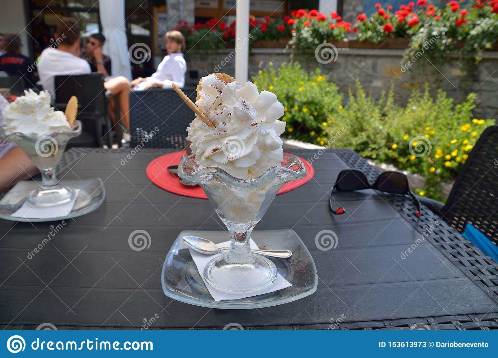 Eine große Eiscremeschale im Sommer