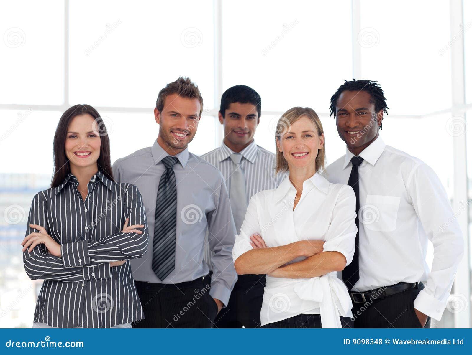 Eine Gruppe überzeugte Geschäftsleute
