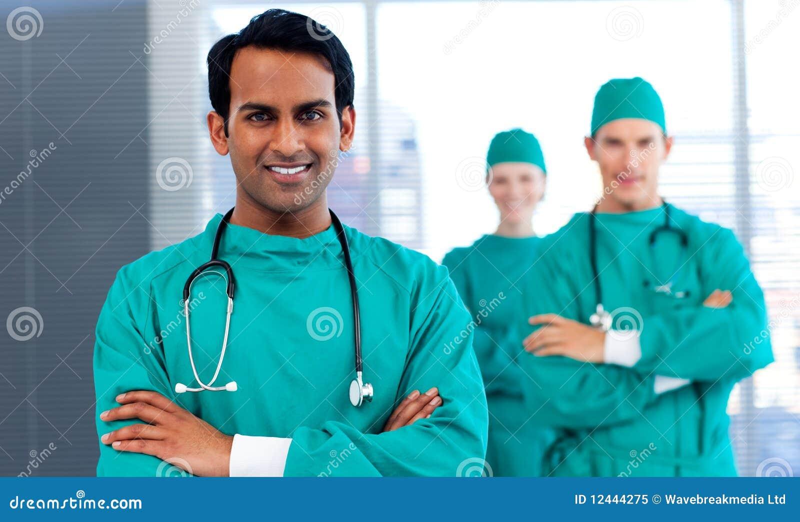 Eine Gruppe Chirurgen, die Verschiedenartigkeit zeigen