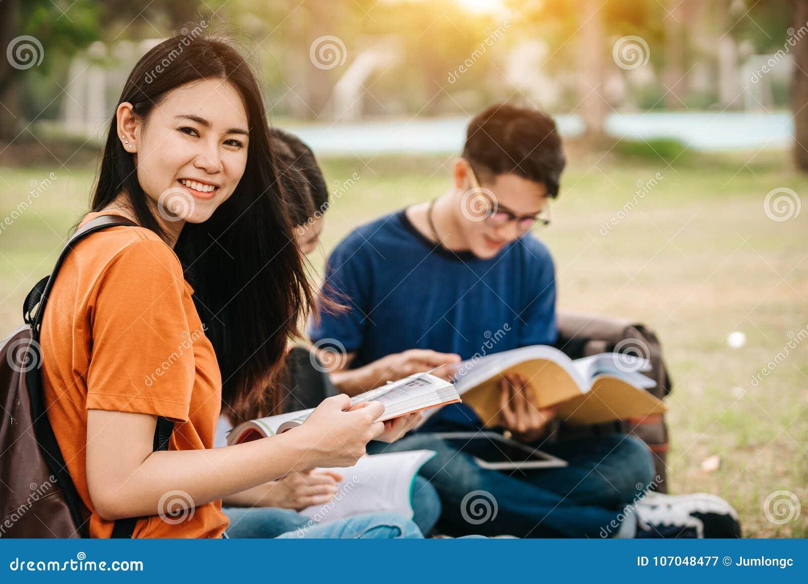 Eine Gruppe des jungen oder jugendlich asiatischen Studenten in der Universität