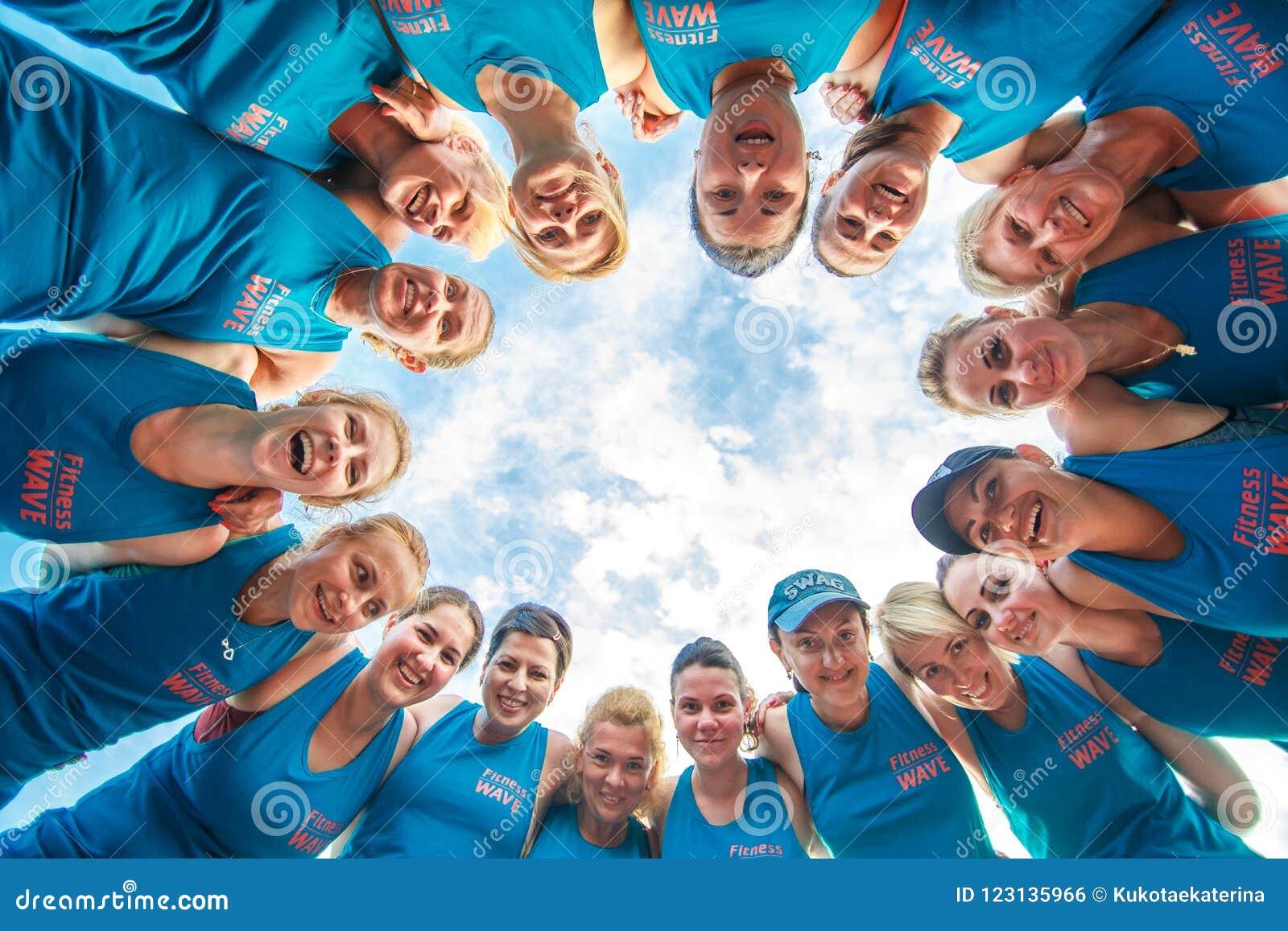 Eine Gruppe Eignungsleute team zusammen in einem Kreis für Erfolgsenergie, Teamwork-Erfolgskonzept