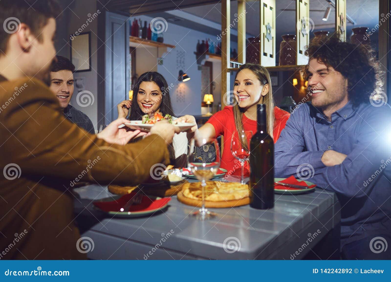 Zwei Freundinnen, Die An Einem Restaurant Essen Stockfoto