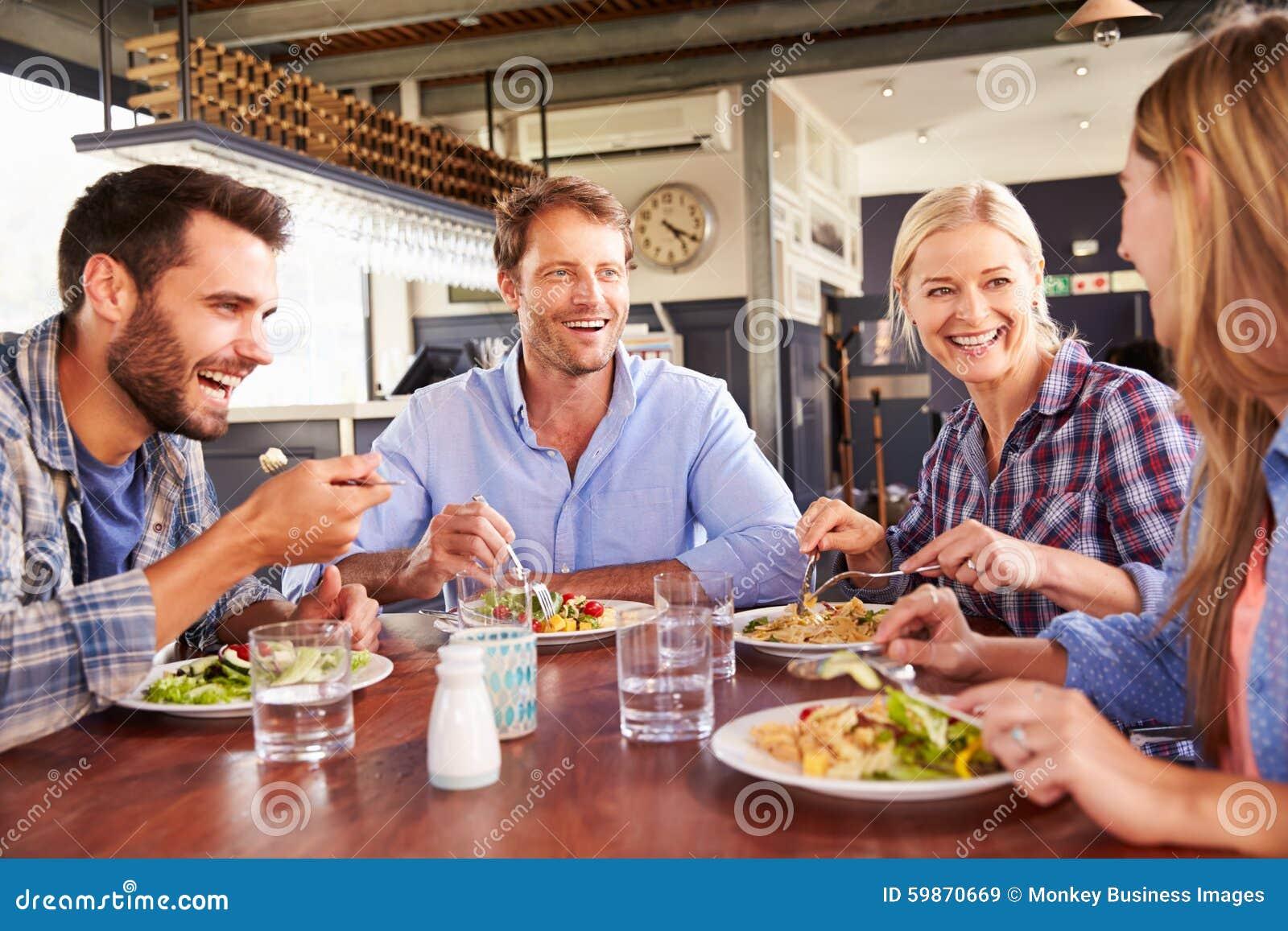 Eine Gruppe Freunde, die an einem Restaurant essen