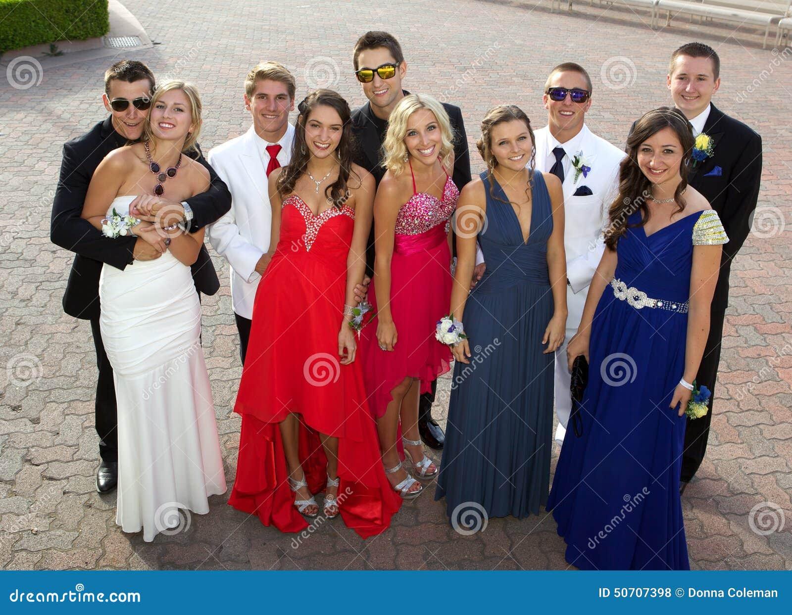 Eine Gruppe Jugendliche Am Abschlussball, Der Für Ein Foto Aufwirft ...