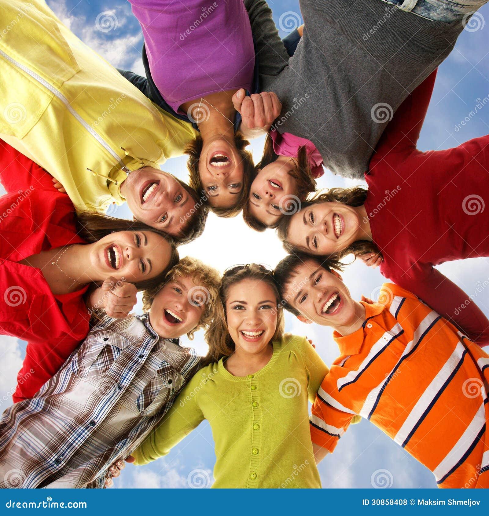 Eine Gruppe junges Jugendlichhändchenhalten zusammen