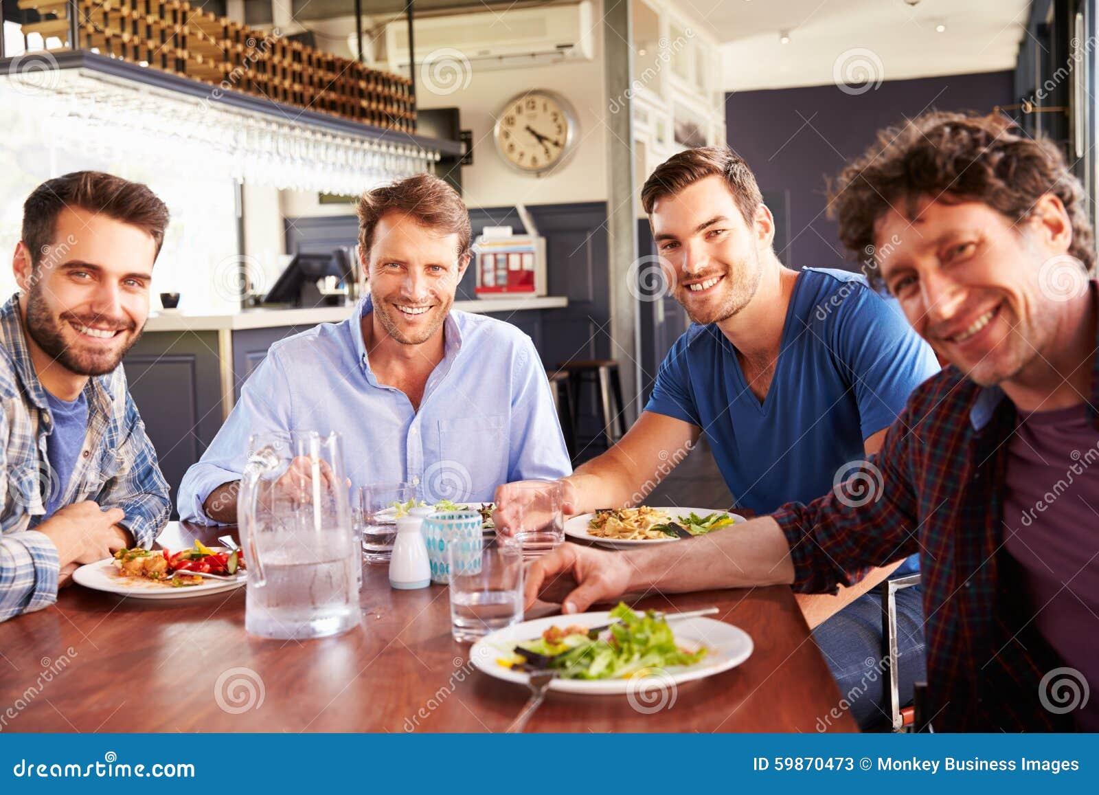 Eine Gruppe Männer, die in einem Restaurant zu Mittag essen