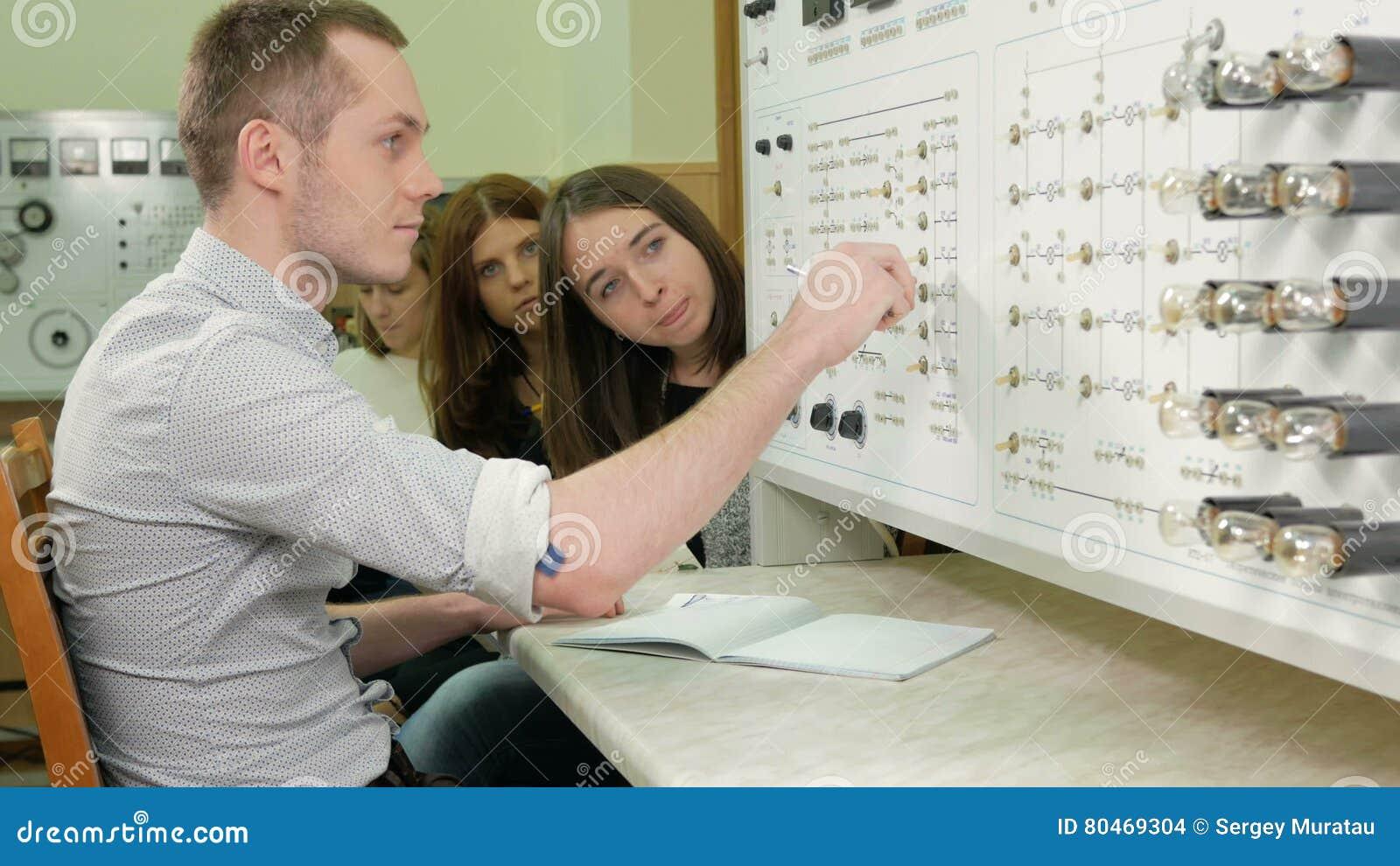 Eine Gruppe Studenten, Die Zusammen An Einem Prüfstand Systemtest ...
