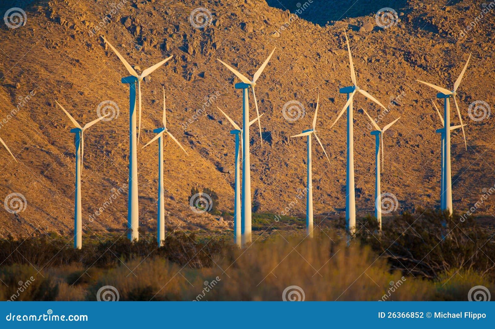 Eine Gruppe Windturbinen im Nachtisch