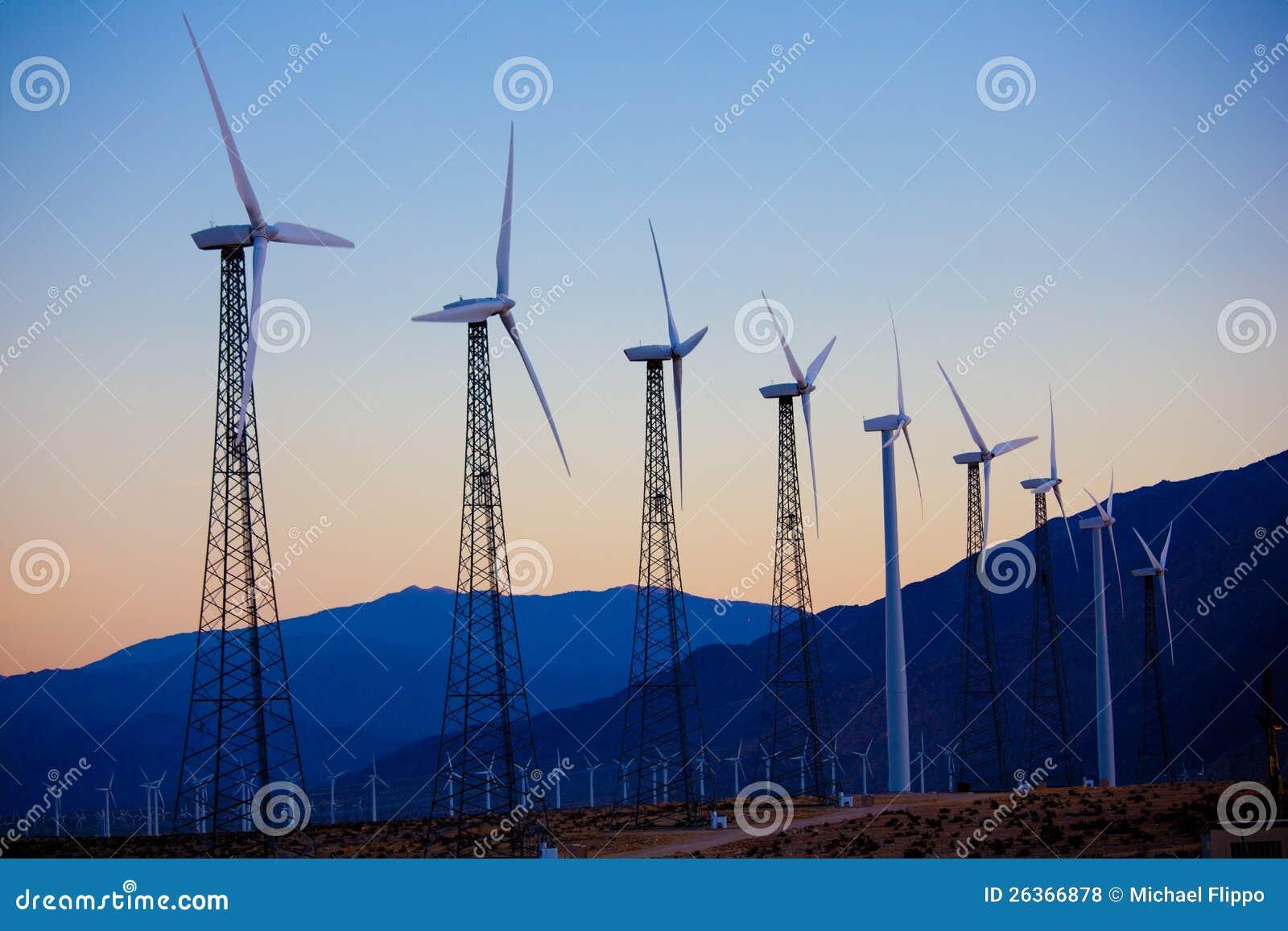 Eine Gruppe Windturbinen/Tausendstel im Nachtisch