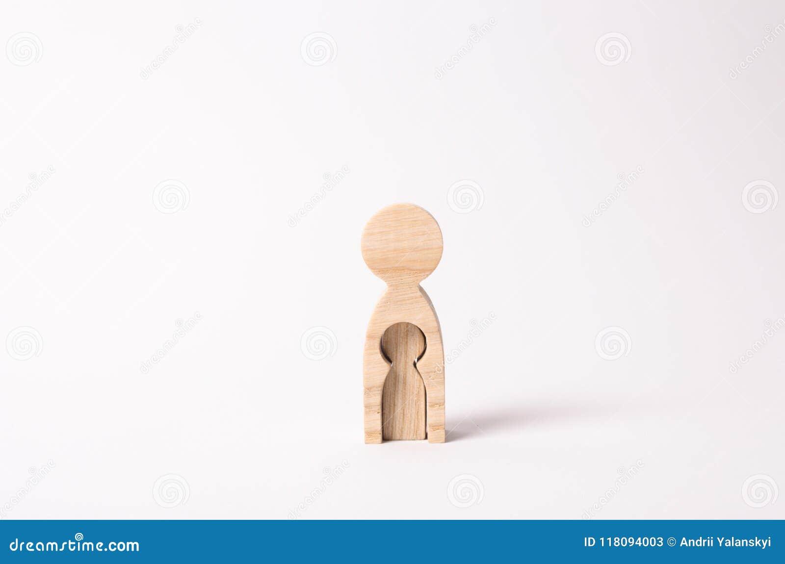 Eine hölzerne Frauenfigur mit einer Lücke nach innen in Form eines Kindes Das Konzept des Verlustes des Kindes, Abtreibung der Sc