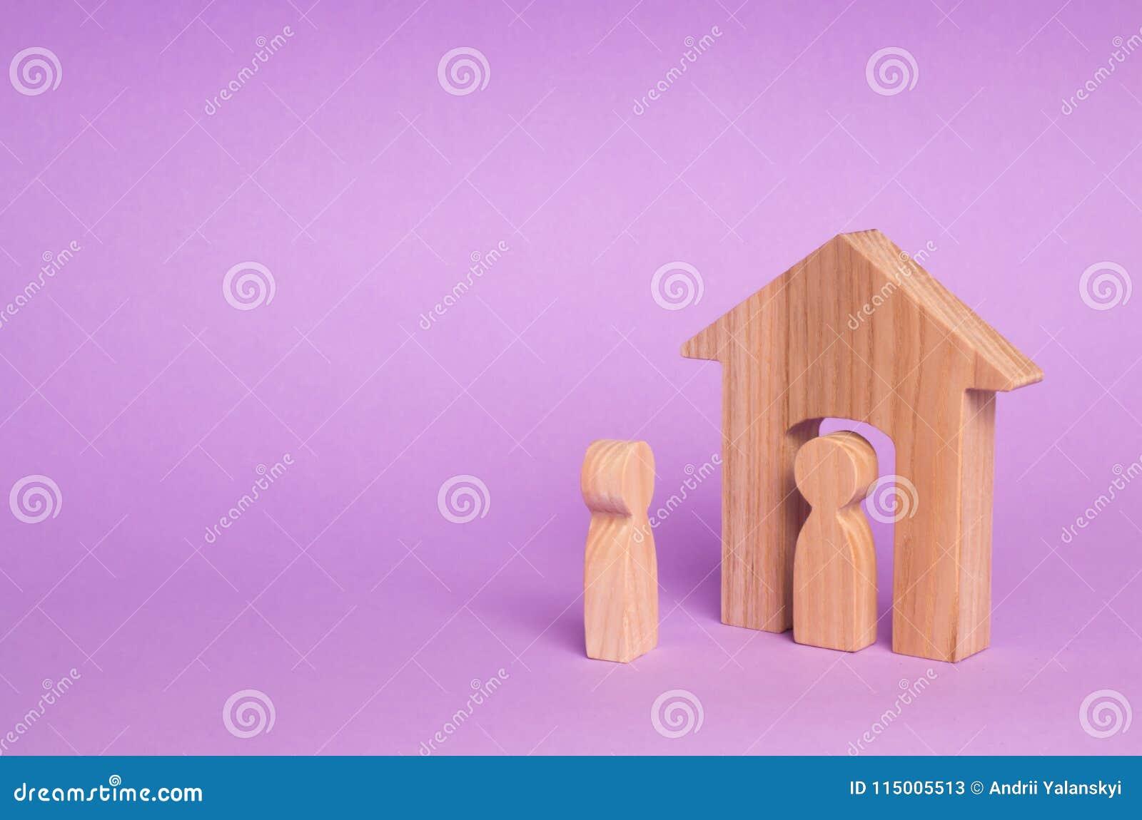 Eine hölzerne Zahl eines Mannes trifft einen Gast auf einem purpurroten Hintergrund Foto gemacht kurz vor dem Sturm Das Konzept e