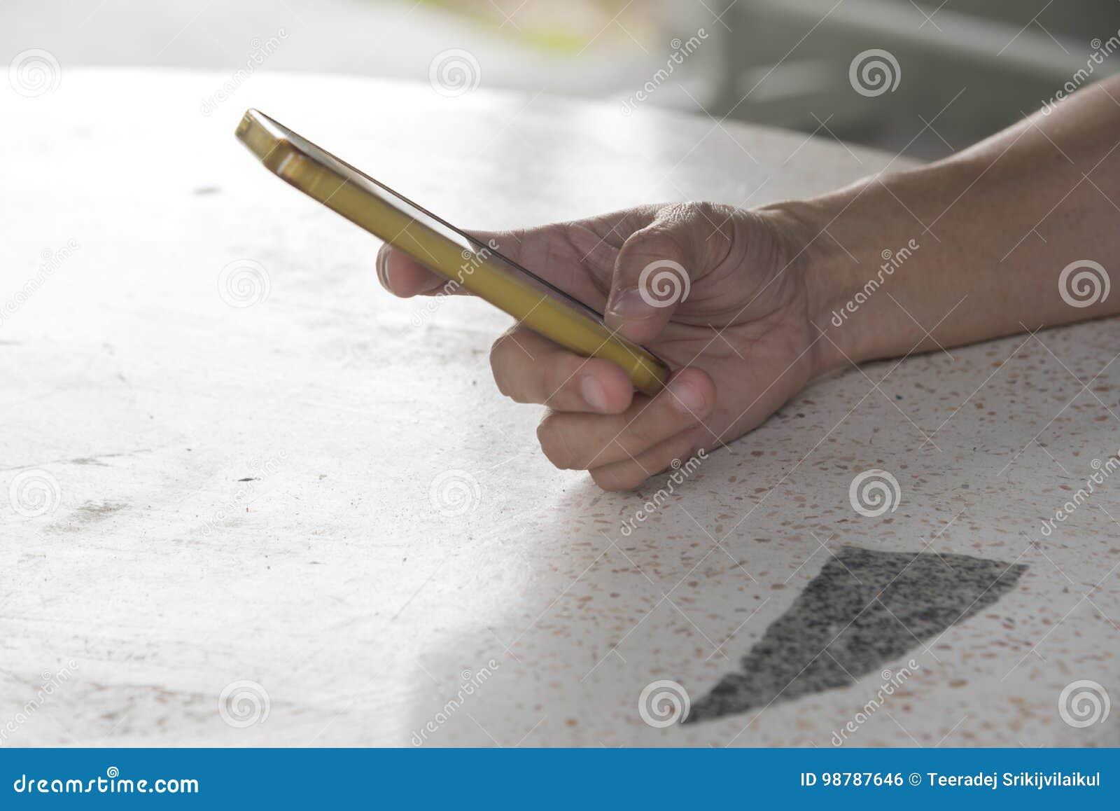 Eine Hand, die ein Mobiltelefon anhält