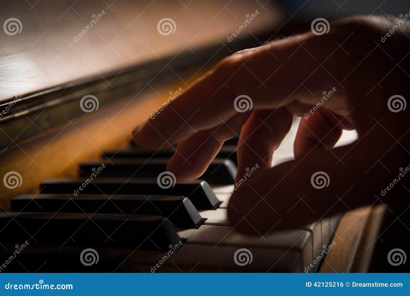 Eine Hand, die Klavier spielt