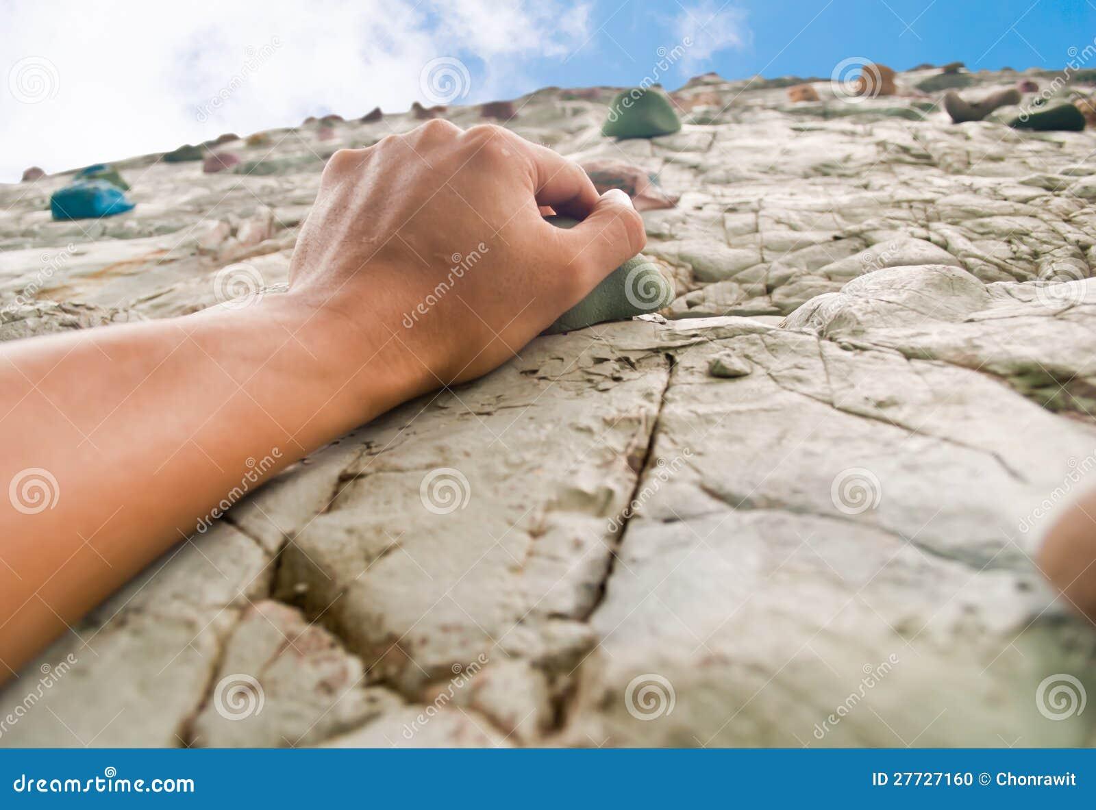 Eine Hand, zum der Klippe zu steigen