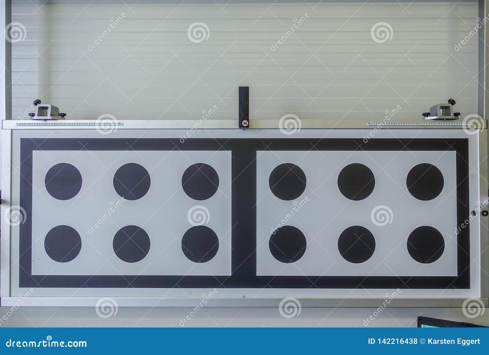 Eine helle Testplatte in einer AutoReparaturwerkstatt