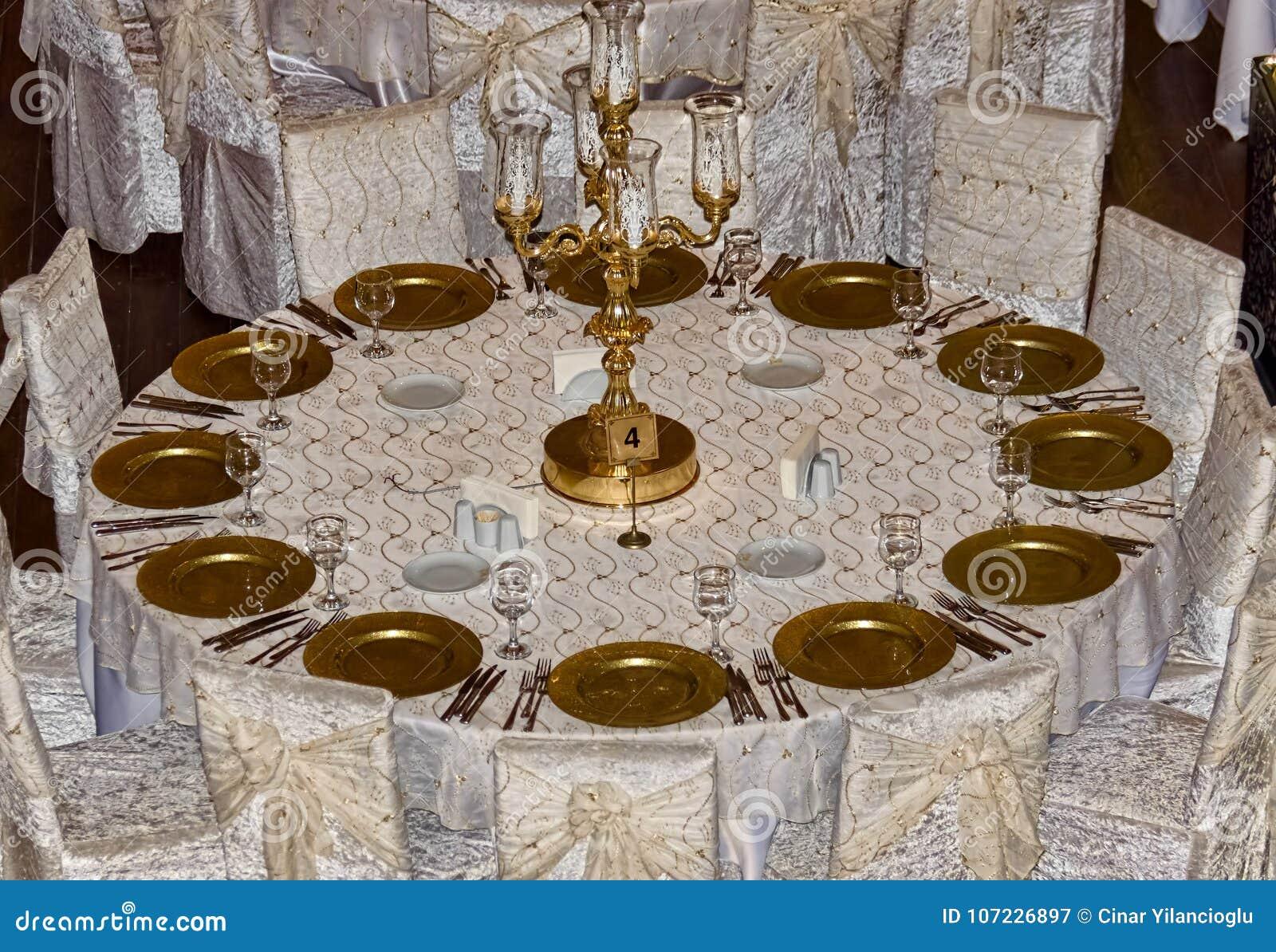 Eine Hochzeitsgasttabelle bei dem Werden fertig zum ev