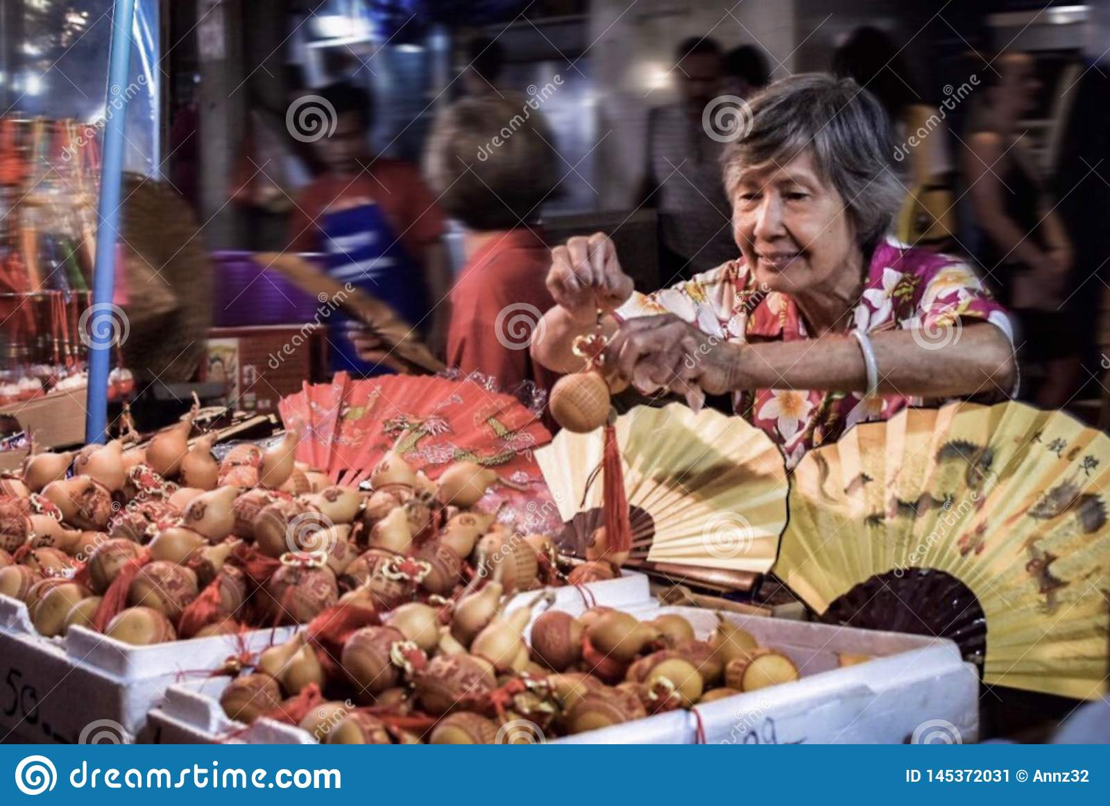 Eine identifizierte Frau verkauft Kalebassen