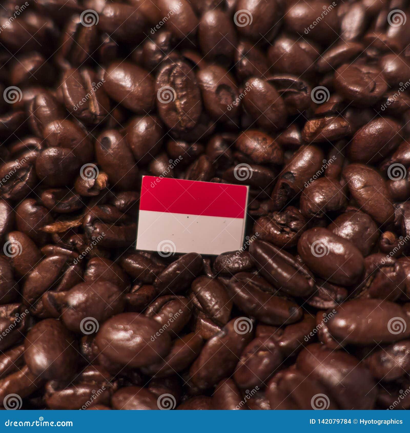 Eine Indonesien-Flagge gesetzt über Röstkaffeebohnen