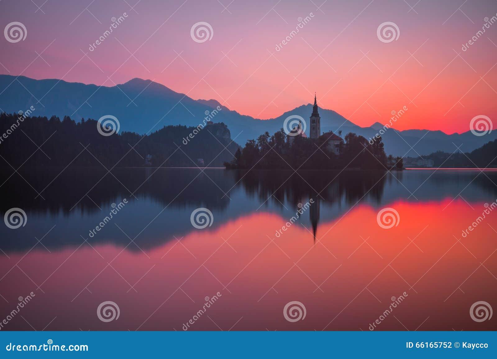 Eine Insel mit Kirche in ausgeblutetem See, Slowenien bei Sonnenaufgang