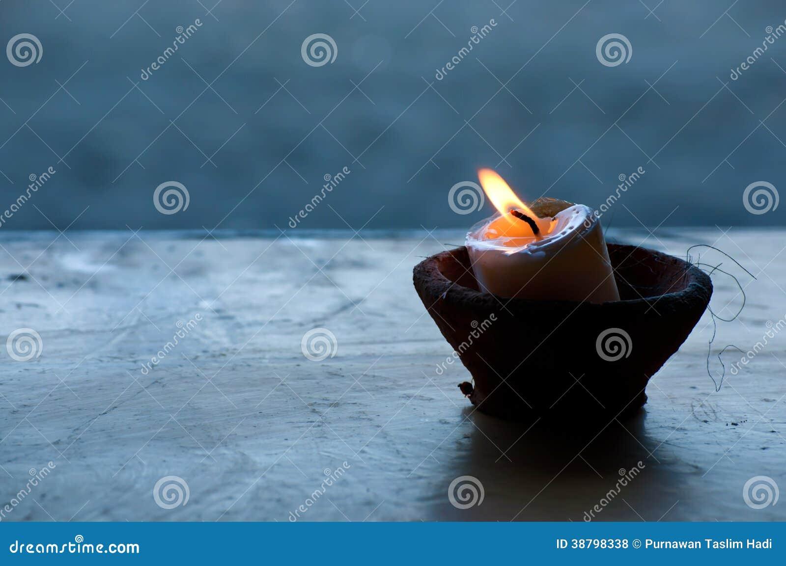 Eine Kerze in der Schüssel