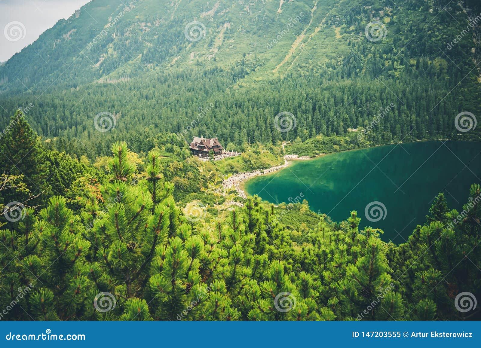 Eine Landschaft von Bergen und eine Ansicht einer Berghütte