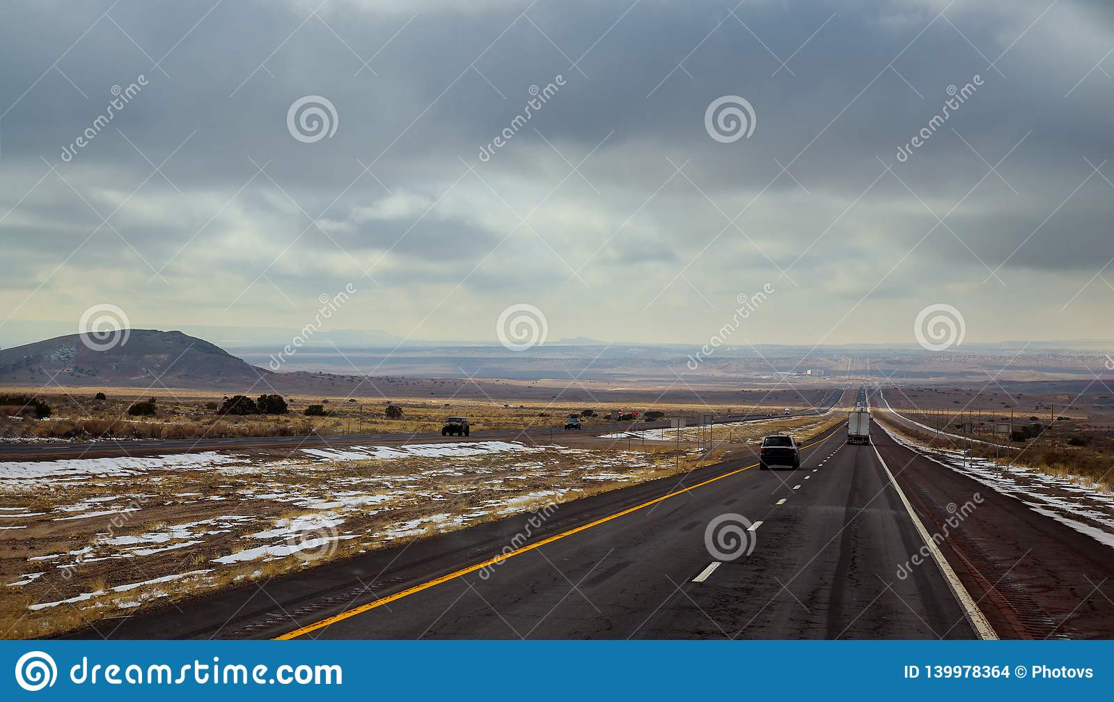 Eine Landstraße läuft von Tucumcari, New Mexiko durch die Bürste und die MESAs der hohen Wüste