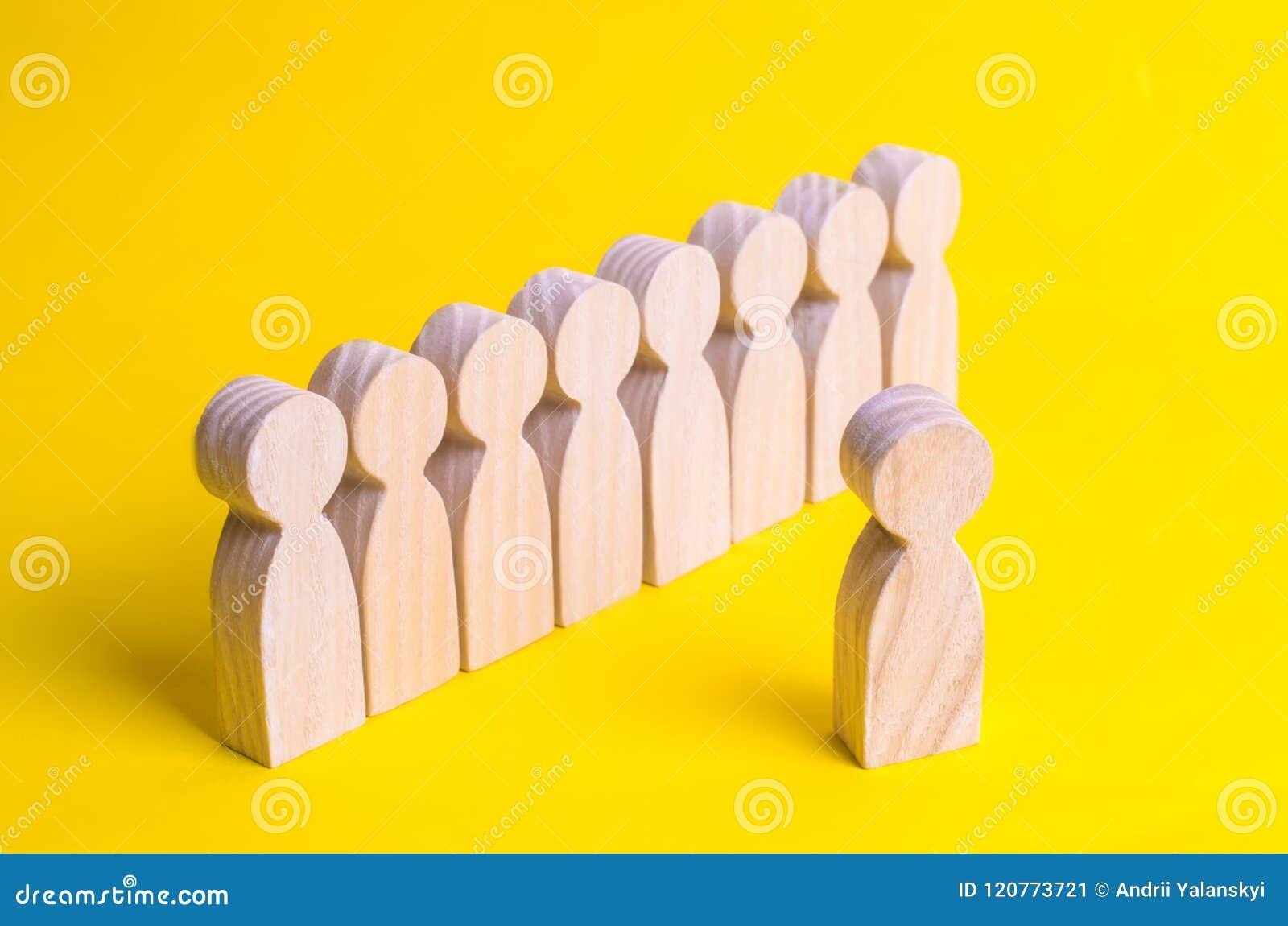 Eine Linie von Leuten ist, wartend stehend und auf eine Anweisung Der Mentor sagt und Mentoren die Bezirke Disziplin, Militärwiss
