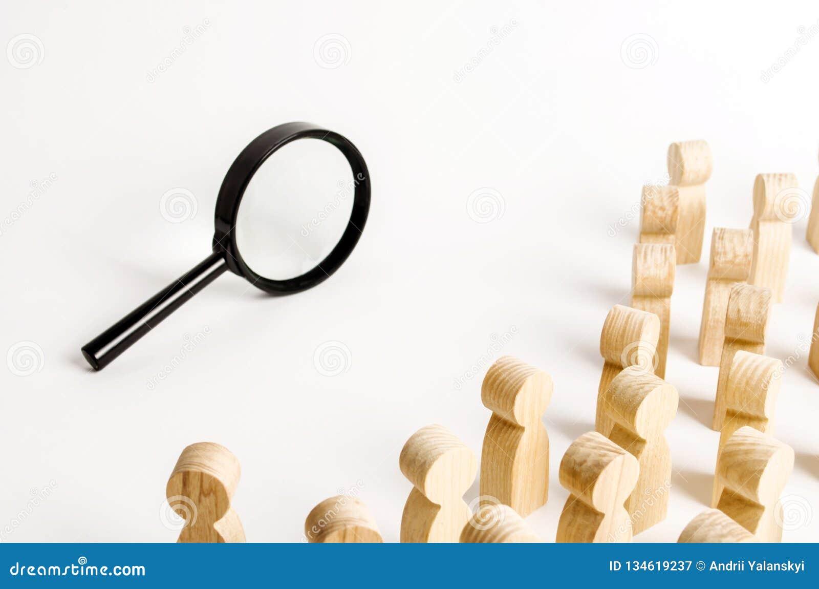 Eine Menge von den Leuten, die eine Lupe untersuchen Suche und Spurkonzept, finden die Wahrheit heraus Finden Sie eine Lösung zum