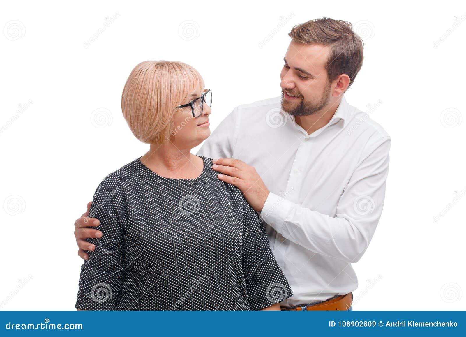 Eine Mutter und ihr gewachsener erwachsener Sohn