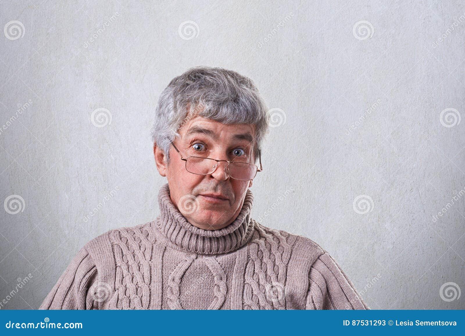 Eine Nahaufnahme Des überraschten älteren Mannes Mit Dem Grauen Haar