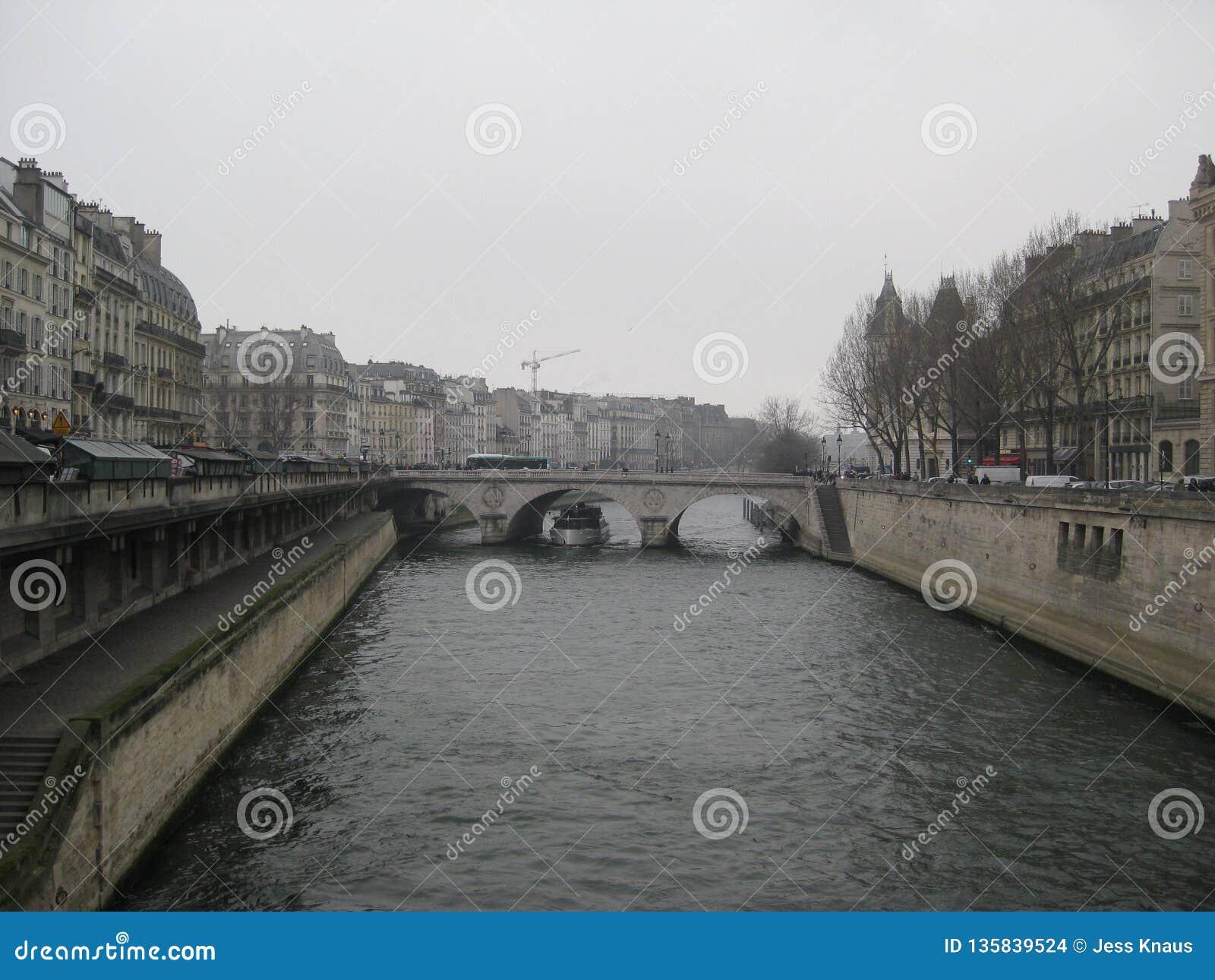 Eine nebelige Ansicht in Richtung zu einer Brücke über dem Fluss die Seine, Paris